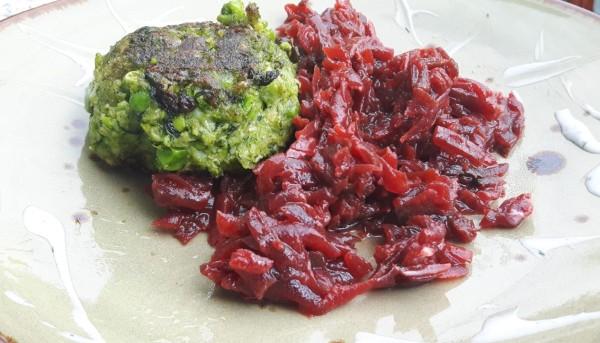 Gr-ne-Frikadellen-mit-Rote-Beete-Salat-und-Joghurt-Dip