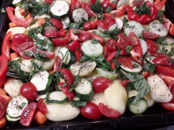 Bunte-Ofenkartoffeln-mit-Bratwurst-und-Quark-5