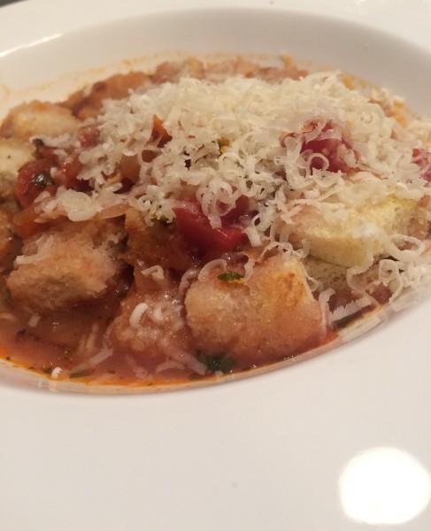 Tomatensuppe-mit-ger-steten-Brotw-rfeln