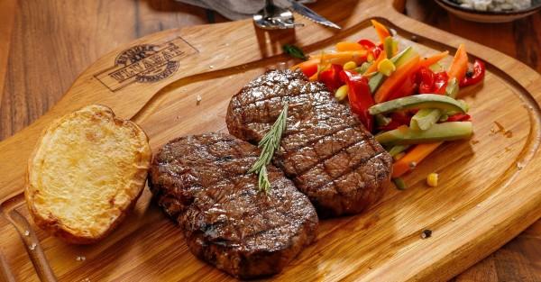 Steak-auf-Holzbrett
