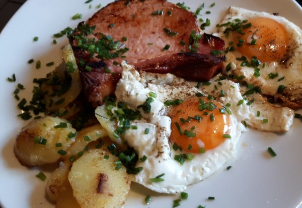 Kassler-mit-ger-steten-Kartoffelkn-deln-und-Spiegelei-2